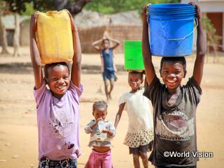 水を運ぶモザンビークの子どもたち。1回目のサマースクールで安全な水が十分にない子どもたちについて紹介します