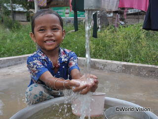手洗いをするカンボジアの子ども