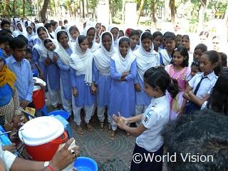 正しい手の洗い方を学ぶバンクラデシュの子どもたち