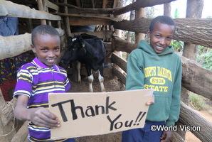 支援で乳牛を受け取った家庭の子どもたち(タンザニアのゴロワADP)