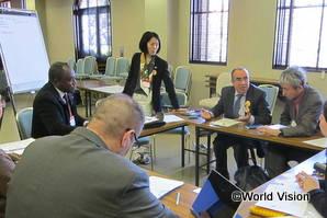 世界各国から70以上のNGOが参加した「G7市民社会対話」の様子。ノーベル平和賞受賞団体チュニジア人権擁護連盟のゼディニ氏(右から2人目)も参加した分科会で、議論をまとめる柴田スタッフ(中央)