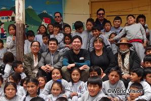 支援地域の子どもたちと松岡スタッフ(エクアドルのプンガラADP)