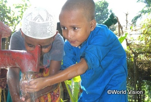 新しく建設された井戸を使う子どもたち(N連/バングラデシュ)