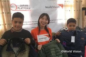 シリア難民の子どもたちが厳しい冬を元気に過ごせるよう、冬物衣料を届けた岩間スタッフ(ヨルダン)