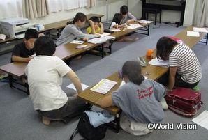 仮設住宅での学習支援の様子(福島子ども支援事業)