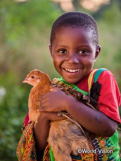 支援されたニワトリを喜ぶ子ども