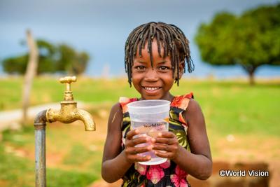 綺麗な水を喜ぶ女の子