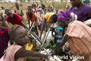 難民キャンプの水汲み場の様子