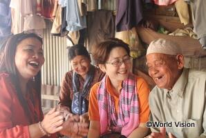 支援活動について現地の方々から聞きとりをする村井スタッフ(カンボジア)