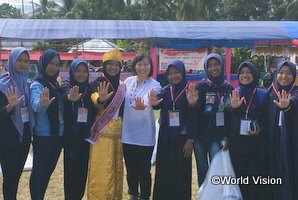 「子どもの日」記念行事を企画運営した子どもフォーラムのメンバーと髙橋スタッフ(インドネシアのトウナAP)