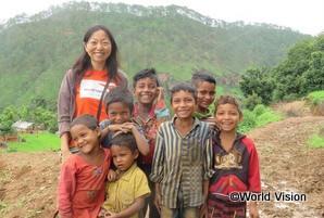 支援地域の子どもたちと加藤スタッフ(ネパールの西ドティAP)