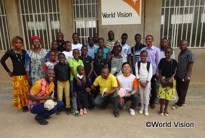 小学校に通う子どもたちと望月スタッフ(コンゴ民主共和国のトヨタAP)