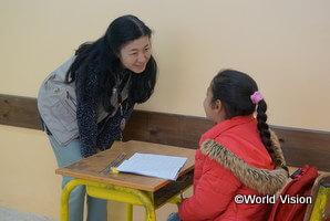 教育支援事業に参加しているシリア難民の子どもと渡邉スタッフ(ヨルダン)