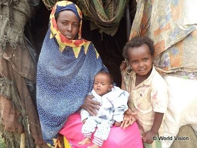 食糧支援を受けたソマリアの親子