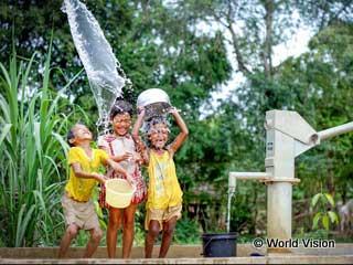 水・食糧支援:井戸ができて喜ぶカンボジアの子どもたち