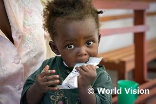 栄養補助食で栄養状態が改善された女の子(南スーダン)