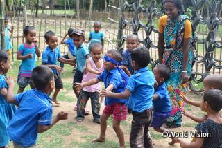 【ビロル地域】「子どもたちは就学前教育センターに毎日喜んで通ってきます。私や友だちと一緒に勉強やゲームをして、楽しく過ごしています。」 スミタさん(地域ボランティア)