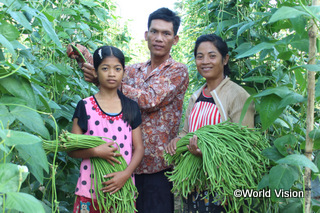 【ボレイ・チュルサール地域】「私の父は、3年間タイへ出稼ぎに行っていました。とても寂しかったです。でも、豆の栽培で十分な収入を得ることができるようになったので、もう出稼ぎに行かないと約束してくれました。」 ペンちゃん( 13歳)
