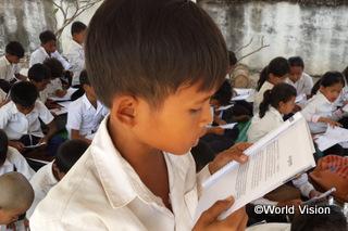【ポニャー・ルウ地域】「ワールド・ビジョン主催の音読コンテストがあり、ぼくは一生懸命練習して音読が上手になりました。この行事のためだけではなく、家でも時間があるときには練習しなさい、と先生が励ましてくれます。」 ボリ君(11歳)