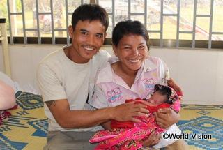 【トモ・プオ地域】「保健ボランティアの訪問を受け、医療設備がある診療所でお産をした方が良いとアドバイスしてもらいました。診療所で出産したおかげで、わたしも赤ちゃんも元気です。」 -出産したばかりのビンさん