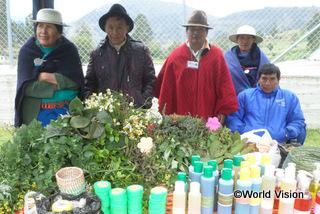 【プンガラ地域】「研修を受けて、薬や洗剤を作るために植物を利用する方法を学ぶことができ、感謝しています。学んだ知識をほかの家族にも伝えていこうと思います。」 マリアさん(保健プログラムの代表者)
