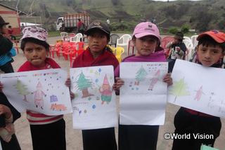 【コルタ地域】「読み書きやお絵描きの講習会に参加できてよかったです。前とは違い、今は絵で自分の気持ちや考え、夢を表現することができます。」 リスベスちゃん(9歳、左から2人目)