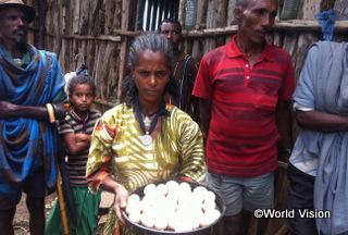 【ゴンダール・ズリア地域】「家でいろいろな食材を生産できるようになりました。今では、庭で採れた野菜や、卵も家族で食べています。とても嬉しいですし、健康になりました。」 サムラウィトちゃん(12歳)