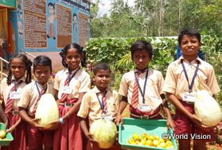 【プドゥコッタイ地域】「学校菜園では、栄養のある野菜を育てて給食の材料にしているので、私たちは元気に成長できます。」