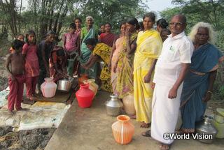 【キラユ地域】「この村の子どもたちはきれいな水を飲んで健康に過ごしています。井戸からつながる水道管が設置されたので、安全な水を十分に使えるようになりました。」 ヴィグネシュさん(19歳)