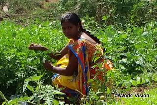 【カンドゥクール地域】「ワールド・ビジョンの研修で、家庭菜園で採れた作物を使って子どもたちに栄養価の高い食事を与える方法を学びました。お金の節約になりますし、子どもは前よりも健康になりました。」 スミトラさん(地域の母親)