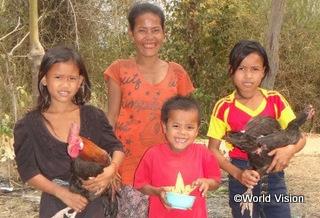 【パランサイ地域】「鶏と豚を提供してもらったおかげで、十分な食事がとれるようになり、育てた鶏や豚を市場で売ることもできるようになりました。学校から帰ってから、家畜の世話をするのが大好きです。」 レンちゃん(10歳、黒いシャツの女の子)