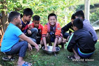 【パクサン地域】「手を洗うことの大切さと適切な手の洗い方を学び、家族や友だちにも伝えました。」 タニン君(10歳、写真中央)