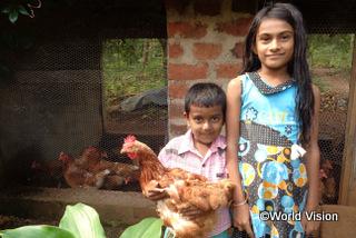 【リディマリヤッダ地域】「母はいつも、週一回開かれる町の市場で食料品を買っていました。卵は特別な食べ物でした。でも今は鶏を飼っているので、いつでも卵が手に入ります。」 サチニちゃん(9歳)