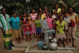 【リディマリヤッダ地域】「以前私たちは汚れた水を飲んでいました。でもワールド・ビジョンの支援のおかげで、今は安全な飲み水が手に入ります。」 ジャヤワルデナさん(50歳)