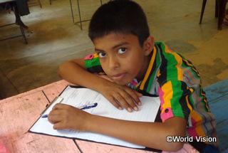 【リディマリヤッダ地域】「農民の父はいつもぼくの学費を払うのに苦労していました。支援してくださりありがとうございます。ぼくは今とても幸せです。」 ダンナンジャヤ君(14歳)