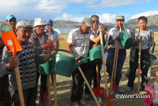 【バヤン・ウルギー地域】「ワールド・ビジョンの支援によって、地域住民による農業ビジネスを始めることができました。50世帯が参加し、ジャガイモやキュウリ、そのほかいろいろな種類の野菜を育て、たくさんの収穫を得ています。」 サウレットさん(農業ビジネスグループのリーダー)