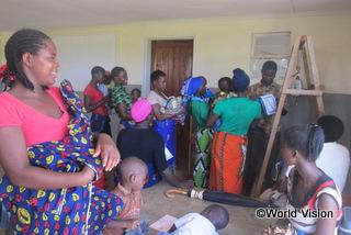 【クーユ地域】「5歳未満の子どもたちのために、地域に診療所を建ててくれたワールド・ビジョンに感謝しています。子どもたちの発育状態を定期的に確認できるようになり、必要な医療サービスも受けられるようになりました。」 ニャムワンザさん(4人の子どもの母親)