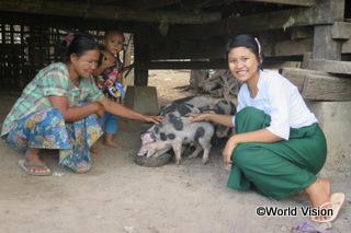 【タバウン地域】「ワールド・ビジョンは私たちに豚を支援してくれ、豚の飼料の調合方法を教えてくれました。養豚は、家族が私の学費を支払う上での大きな助けになっています。家族はローンを返済することも出来るようになりました。」 キンちゃん(15歳)