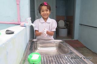 【タバウン地域】「私たちの学校のトイレは、前は安全ではなく使いづらいものでした。でもワールド・ビジョンが新しいトイレを建ててくれて、水も簡単に使えるようになりました。」 ワイちゃん(10歳)