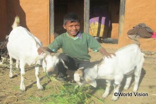 【西ドティ地域】「お父さんとお母さんがヤギを育て始めてから、前よりたくさんの収入が得られるようになりました。ぼくも制服を着て、リュックサックや本を持って毎日学校に通うことができています。」 テジ君(11 歳)