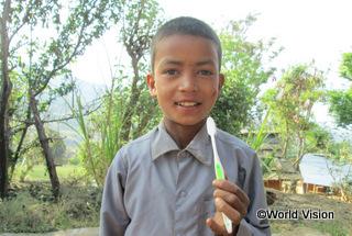 【西ドティ地域】「みんなで衛生的な習慣について学んだ後で、衛生キットをもらいました。今は毎日歯を磨いています。」 カマル君(8 歳)