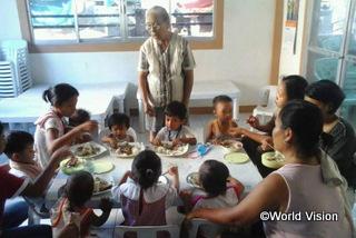 【レイテ地域】「子どもたちに適切な食事を与えることや、手洗い、衛生、食事の作り方などについて親たちが学びました。親が知識をつけることが、栄養不足の子どもの体重増加につながります。」 村の保健員のペトラさん(立っている男性)