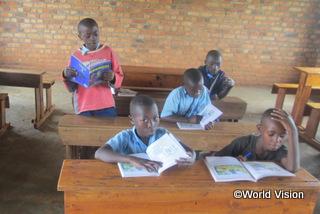 【グウィザ地域】「読書クラブができ、皆の成績が良くなってきました。クラスの仲間で助け合ったり、先生に教えてもらったりしています。」 ヴィンセント君(12歳、黒いTシャツの男の子)