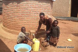 【キラムルジ地域】「以前は安全な水ではないと知りつつ、湖で水を汲んでいました。でも今は、家の新しいタンクから水を汲むことができます。」 ティトちゃん(11歳)