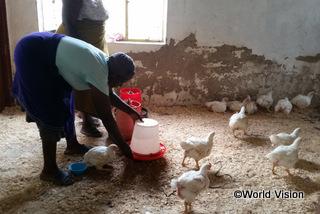 【シェウラ地域】「養鶏を始めるにあたり、ワールド・ビジョンに協力してもらい感謝しています。今では、貧しい家庭の子どもたちが学校に通えるよう、制服を提供する支援活動をしています。」 ロンバイセロさん(プロジェクト委員長)