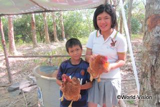 【トゥンワ地域】「卵は体に良いので好きです。鶏を飼うための支援をしてもらい、感謝しています。母はもうお店で卵を買う必要がなくなりました。」 カニッタちゃん(17歳)