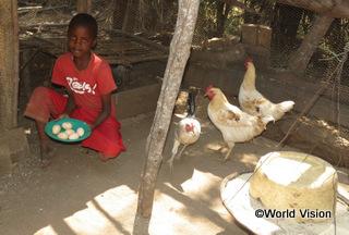 【ゴロワ地域】「両親が養鶏の研修を受け、自分たちが食べる以外に売ることもできるほどたくさん卵が採れるようになりました。卵を売ったお金で、今は食べ物や学用品を買うことができます。」 サムソンくん(10歳)