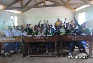 【ムゲラ地域】「以前は床に座って授業を受けていました。でも今は机とイスのおかげで、書くのも勉強するのも楽になりました。」 ムワナハミシちゃん(8歳)