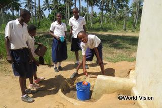【ムキンガ地域】「以前は水汲みのために長い道のりを歩かなければなりませんでした。でも今は学校で水が手に入るので、勉強したり遊んだりする時間が十分あります。」 フランク君(13歳)