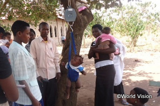 【ナラウェヨ・キシータ地域】「以前は保健センターが非常に遠かったので、うちの子どもたちは予防接種も受けていませんでした。でも巡回診療のおかげで、医療サービスを受けやすくなりました。」 ジュリエットさん(地域の母親、赤ちゃんを抱いている女性)